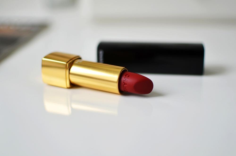 Rouge-Allure-Velvet-Chanel-Lippenstift-38-La-Fascinante-matt-darkred (10)