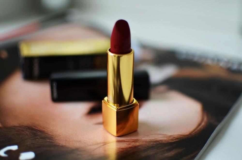 Rouge-Allure-Velvet-Chanel-Lippenstift-38-La-Fascinante-matt-darkred (6)