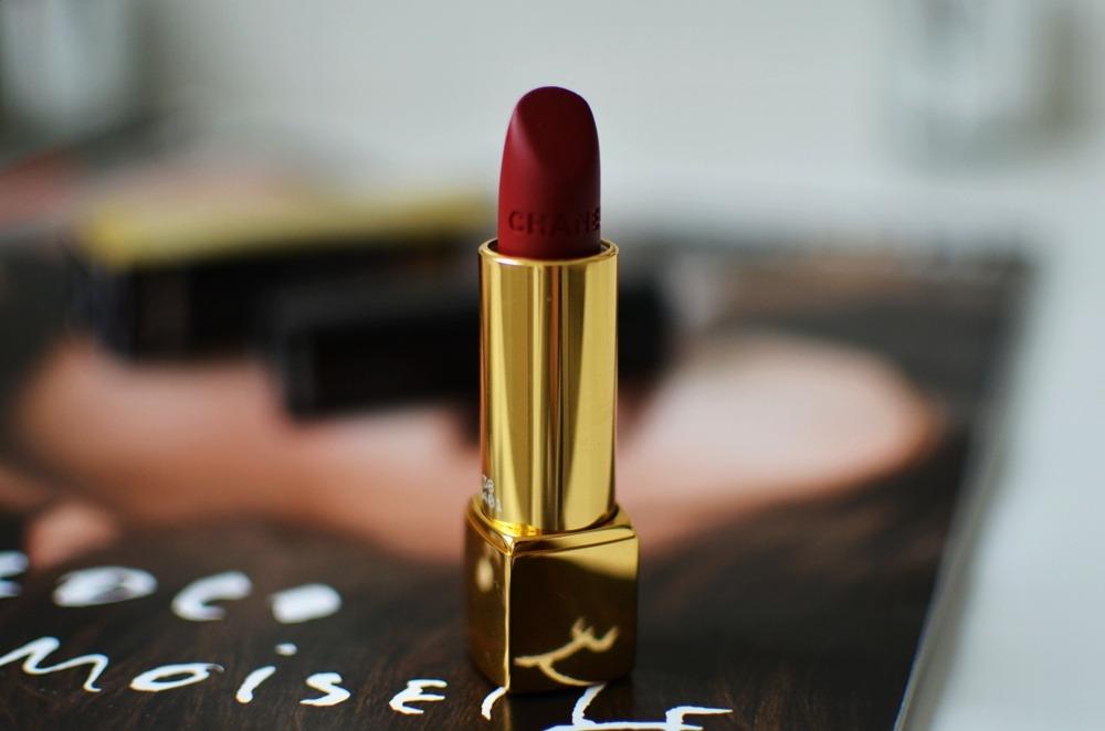 Rouge-Allure-Velvet-Chanel-Lippenstift-38-La-Fascinante-matt-darkred (8)