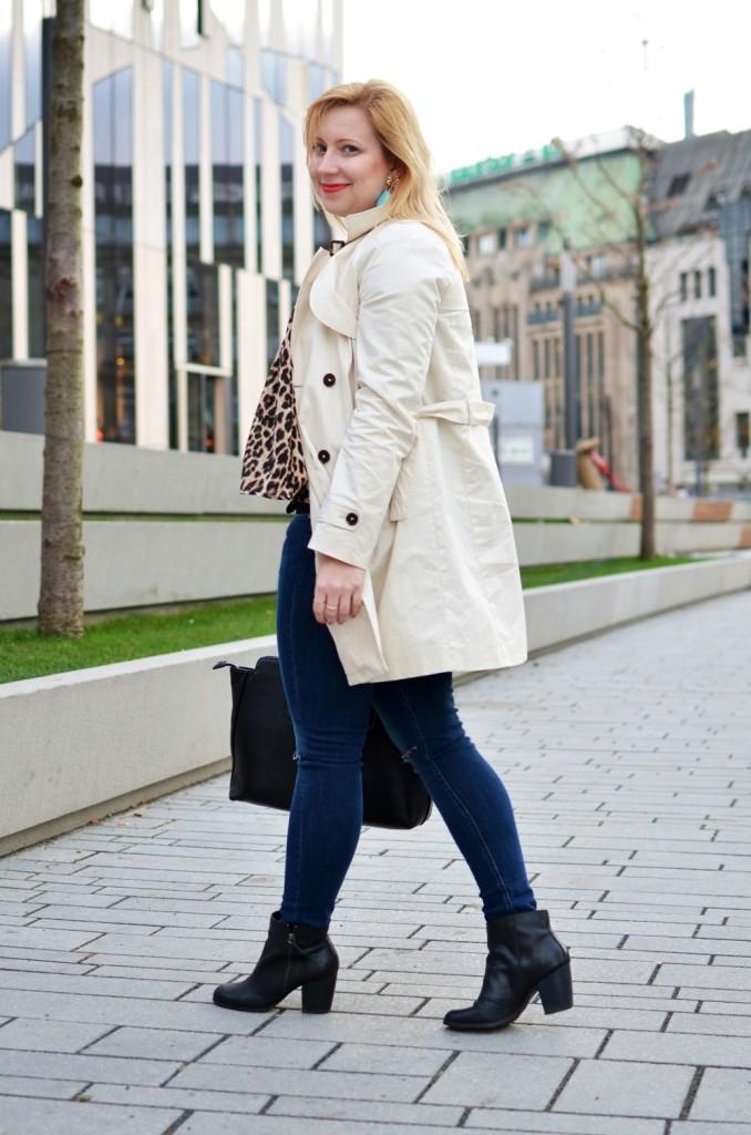 Trenchcoat-Ripped-Jeans-Breuninger-Düsseldorf-Outfit-Puppenzirkus-Felltasche-Ponybag-Leopard-Blonde-Woman (15)
