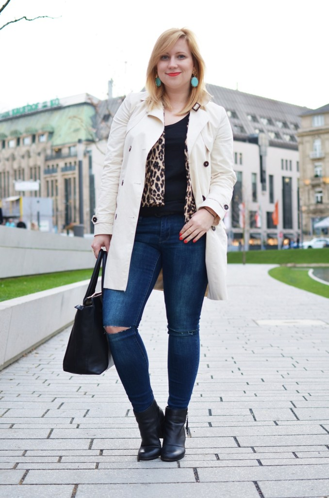 Trenchcoat-Ripped-Jeans-Breuninger-Düsseldorf-Outfit-Puppenzirkus-Felltasche-Ponybag-Leopard-Blonde-Woman