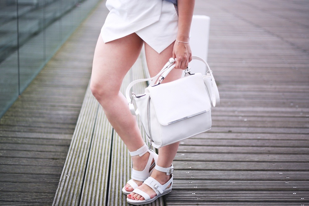 Ally-Outfit-Düsseldorf-Medienhafen-Seagirl-Skorts-Sandals-Striped-Oversized-Blouse-Bag-White-Trapez-City-Look-Puppenzirkus (2)
