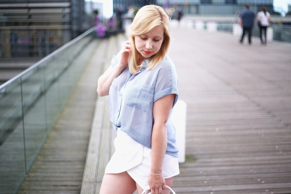 Ally-Outfit-Düsseldorf-Medienhafen-Seagirl-Skorts-Sandals-Striped-Oversized-Blouse-Bag-White-Trapez-City-Look-Puppenzirkus (3)