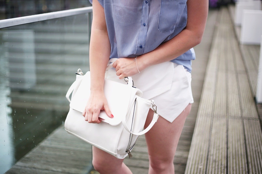 Ally-Outfit-Düsseldorf-Medienhafen-Seagirl-Skorts-Sandals-Striped-Oversized-Blouse-Bag-White-Trapez-City-Look-Puppenzirkus (6)