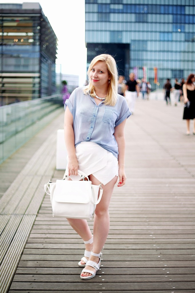Ally-Outfit-Düsseldorf-Medienhafen-Seagirl-Skorts-Sandals-Striped-Oversized-Blouse-Bag-White-Trapez-City-Look-Puppenzirkus