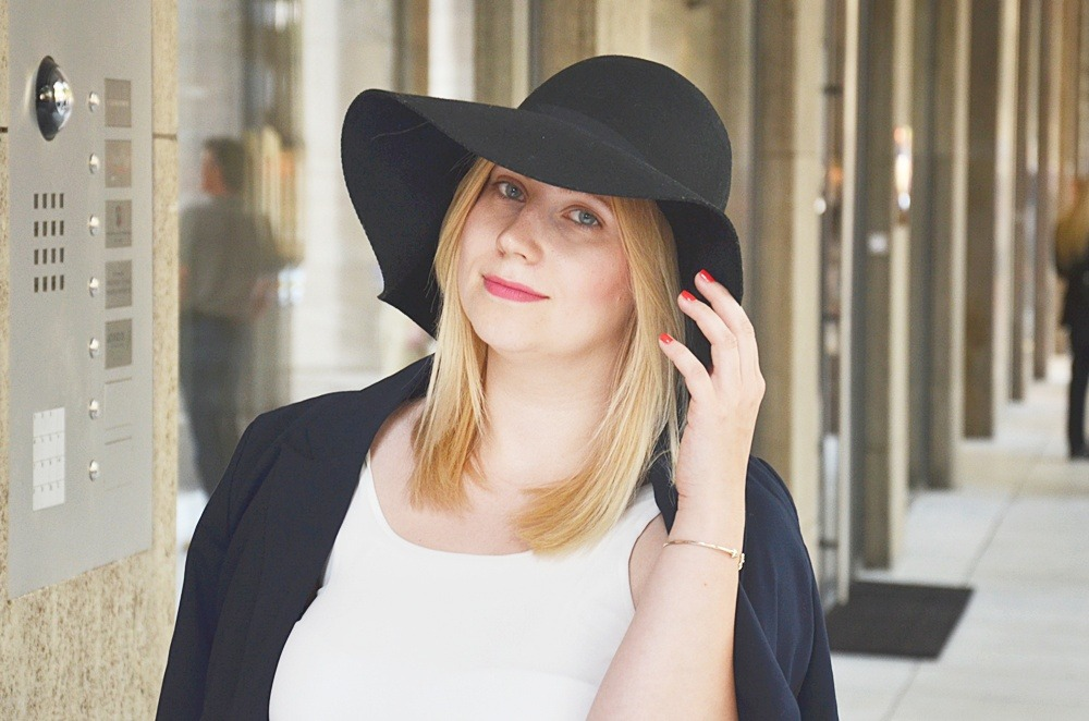 Outfit-White-Sheer-Dress-Double-Breasted-Blazer-Floppy-Hat-Schlapphut-Fringe-Bag-puppenzirkus-Ally-ootd-fashionblogger-look (4)