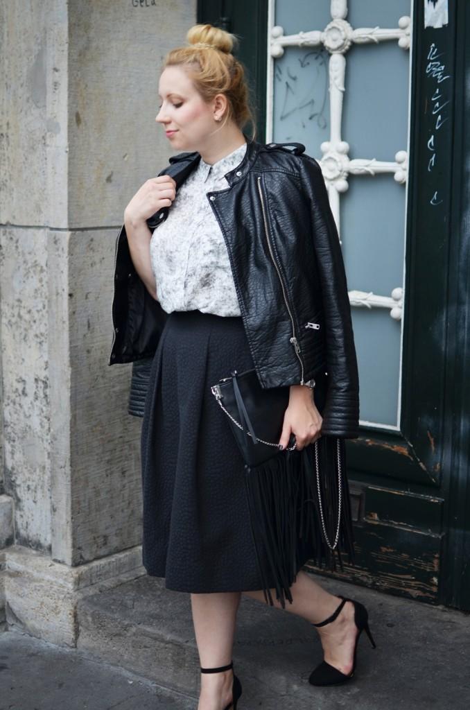 Marble_Look_Outfit_Blouse_Marmor_Notice_Skandinavisch_Dänisch_Braided_Bun_Updo_Midi_Skirt_Fringe_Bag_Ally_Puppenzirkus (4)