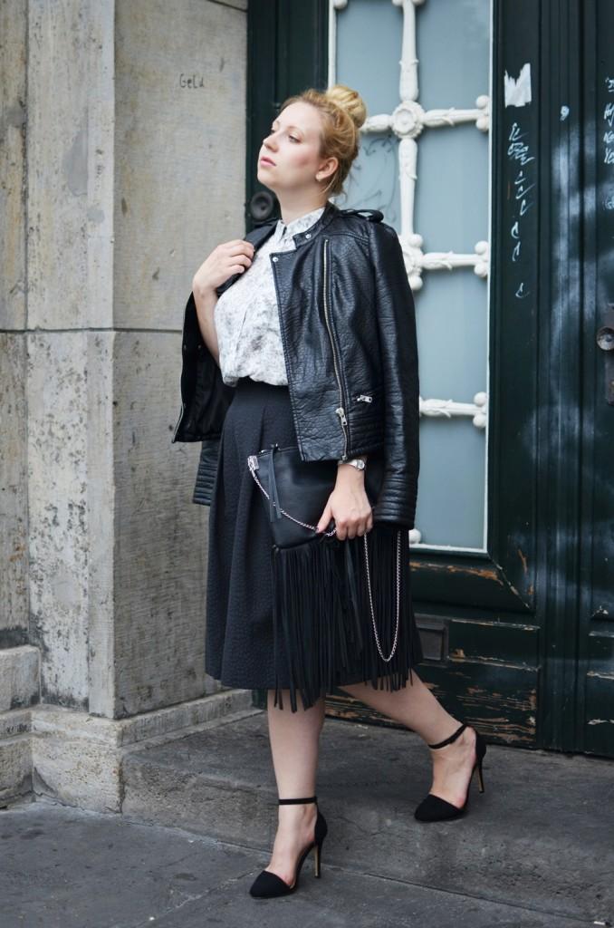 Marble_Look_Outfit_Blouse_Marmor_Notice_Skandinavisch_Dänisch_Braided_Bun_Updo_Midi_Skirt_Fringe_Bag_Ally_Puppenzirkus (5)