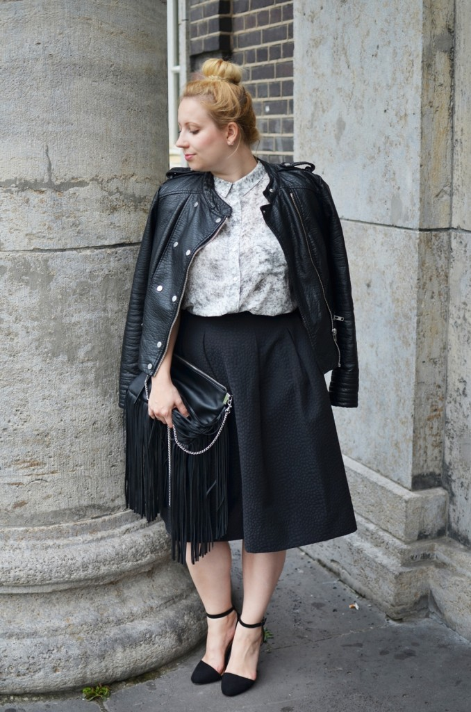 Marble_Look_Outfit_Blouse_Marmor_Notice_Skandinavisch_Dänisch_Braided_Bun_Updo_Midi_Skirt_Fringe_Bag_Ally_Puppenzirkus