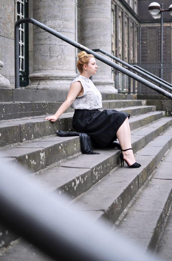 Marble_Look_Outfit_Blouse_Marmor_Notice_Skandinavisch_Dänisch_Braided_Bun_Updo_Midi_Skirt_Fringe_Bag_Ally_Puppenzirkus (8)