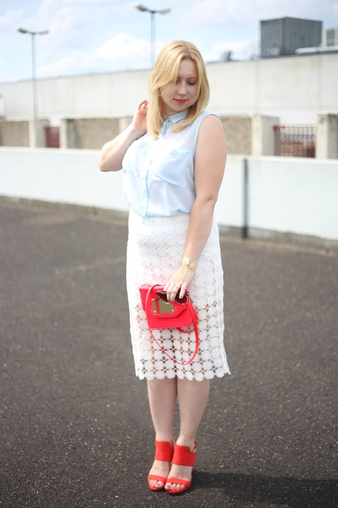 outfit-shooting-lace-pencil-skirt-blonde-babyblue-pinkred-white-skirt-heels-red-summer-look-spätsommer-spitze-bleistiftrock-look-style-puppenzirkus (13)