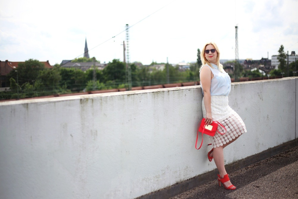 outfit-shooting-lace-pencil-skirt-blonde-babyblue-pinkred-white-skirt-heels-red-summer-look-spätsommer-spitze-bleistiftrock-look-style-puppenzirkus (6)