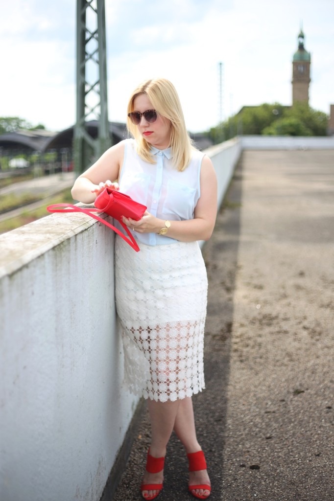 outfit-shooting-lace-pencil-skirt-blonde-babyblue-pinkred-white-skirt-heels-red-summer-look-spätsommer-spitze-bleistiftrock-look-style-puppenzirkus (7)