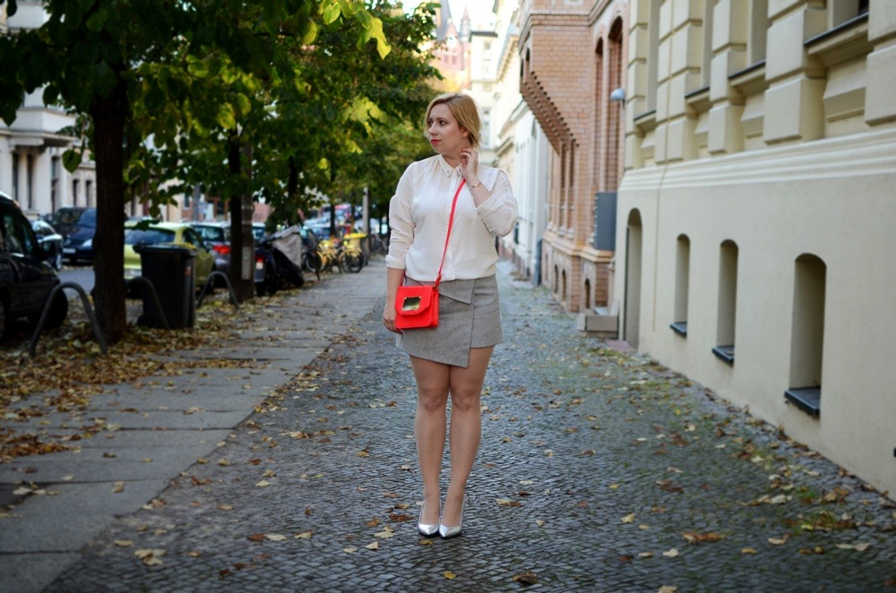 skirt-meets-blouse-outfit-style-stylediary-fashion-puppenzirkus-asymetric-skirt-red-details-silver-metallic-pumps-low-messy-bun (10)