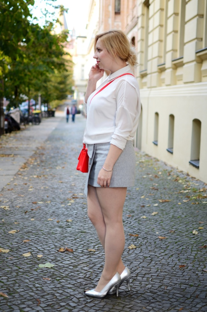 skirt-meets-blouse-outfit-style-stylediary-fashion-puppenzirkus-asymetric-skirt-red-details-silver-metallic-pumps-low-messy-bun (2)