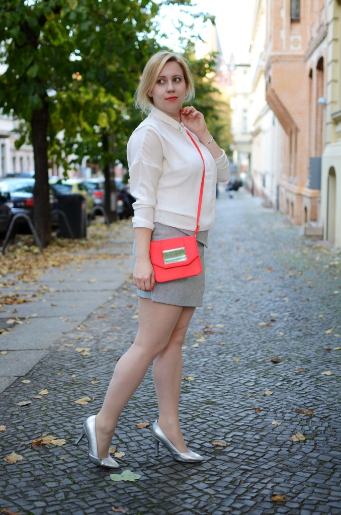 skirt-meets-blouse-outfit-style-stylediary-fashion-puppenzirkus-asymetric-skirt-red-details-silver-metallic-pumps-low-messy-bun (6)