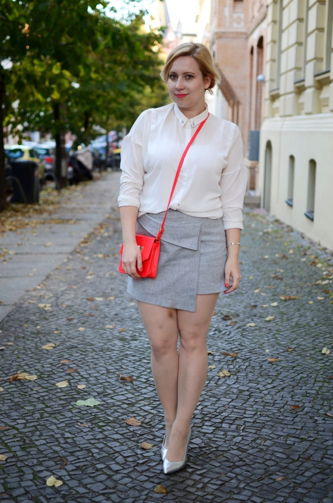 skirt-meets-blouse-outfit-style-stylediary-fashion-puppenzirkus-asymetric-skirt-red-details-silver-metallic-pumps-low-messy-bun