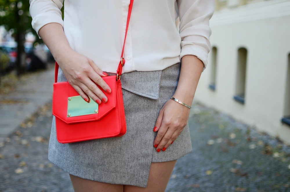 skirt-meets-blouse-outfit-style-stylediary-fashion-puppenzirkus-asymetric-skirt-red-details-silver-metallic-pumps-low-messy-bun (8)