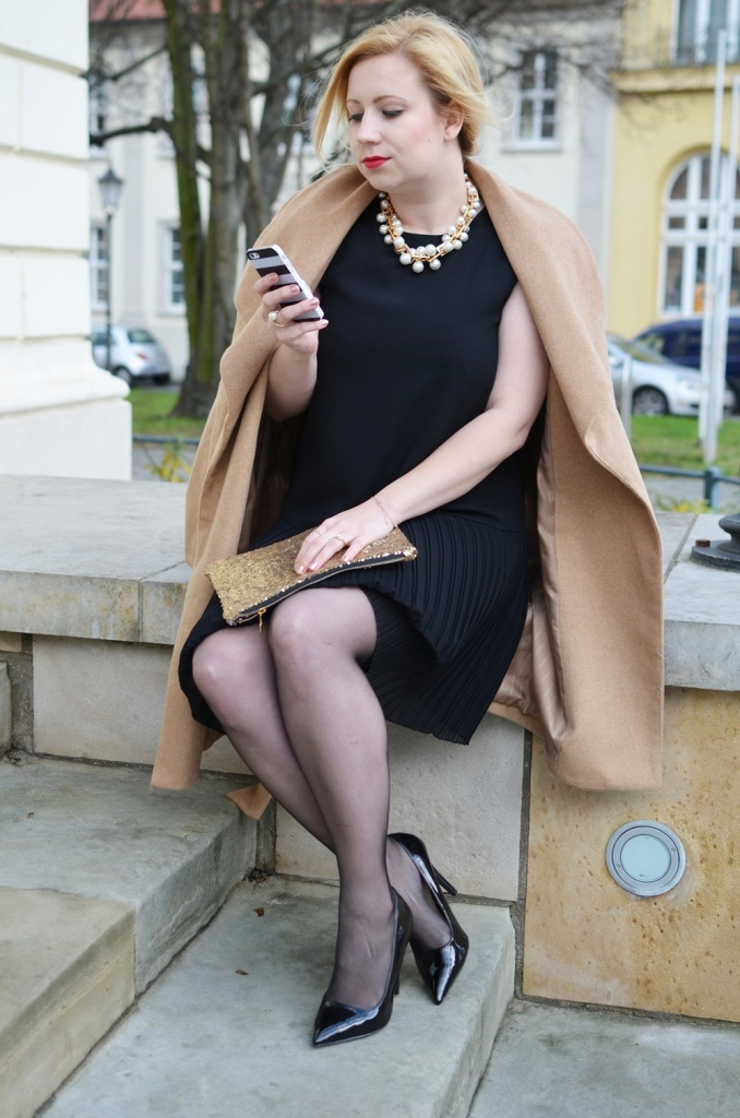 christmas-look-puppenzirkus-weihnachtsoutfit-heiligabend-outfit-look-2014-fashionblogger-black-dress (4)
