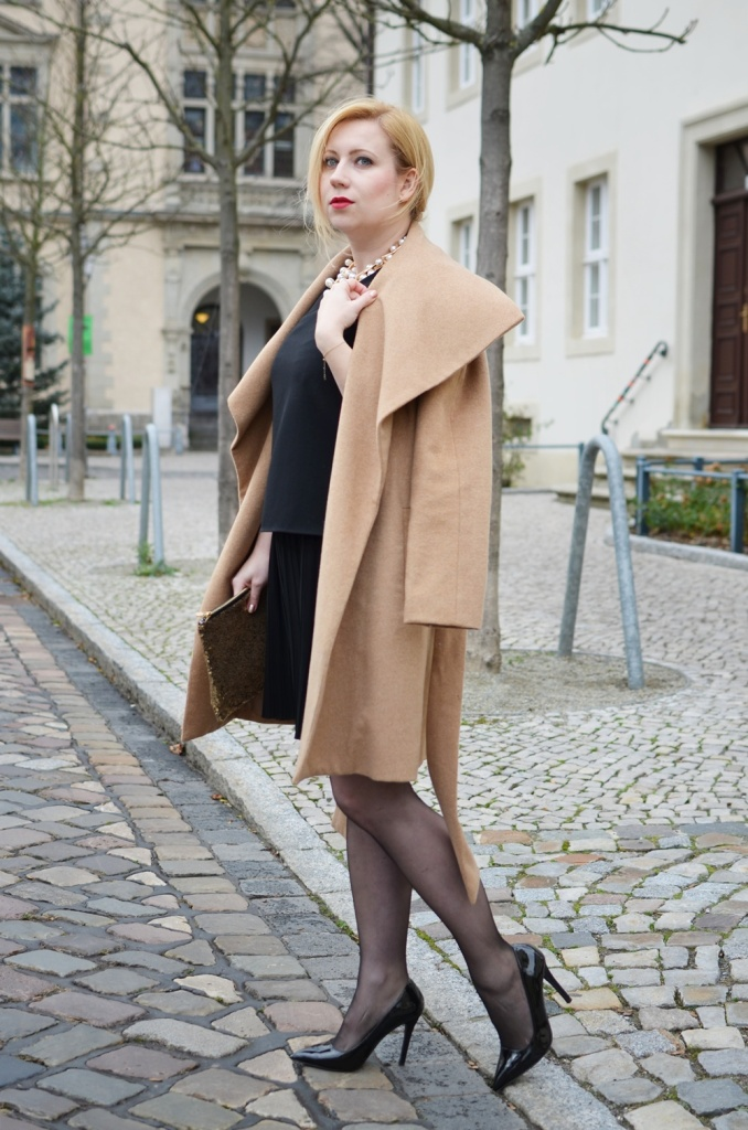 christmas-look-puppenzirkus-weihnachtsoutfit-heiligabend-outfit-look-2014-fashionblogger-black-dress (6)