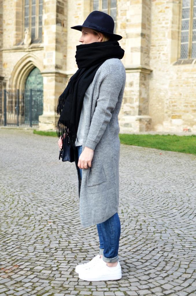 outfit-longcoat-superstars-II-allwhite-adidas-fedora-hat-scarf-wool-acne-winter-januar2015-look-fashionblogger-streetstyle-casual-sporty-fashion-style (12)