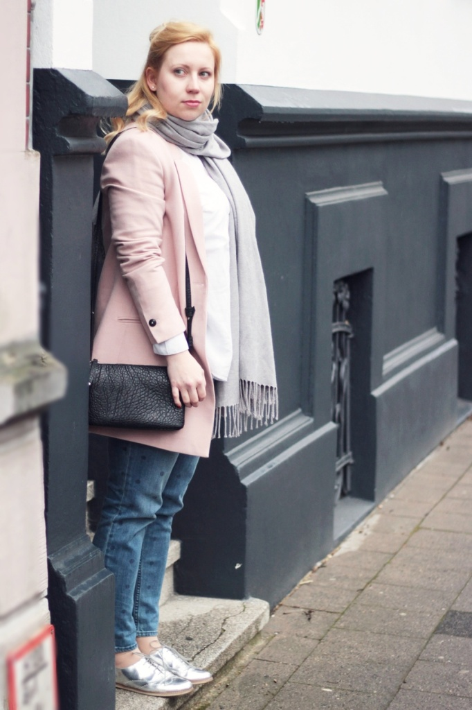 Girlfriend-Jeans-Punkte-Longblazer-Outfit-Spring-Metallic-Brogues (2)