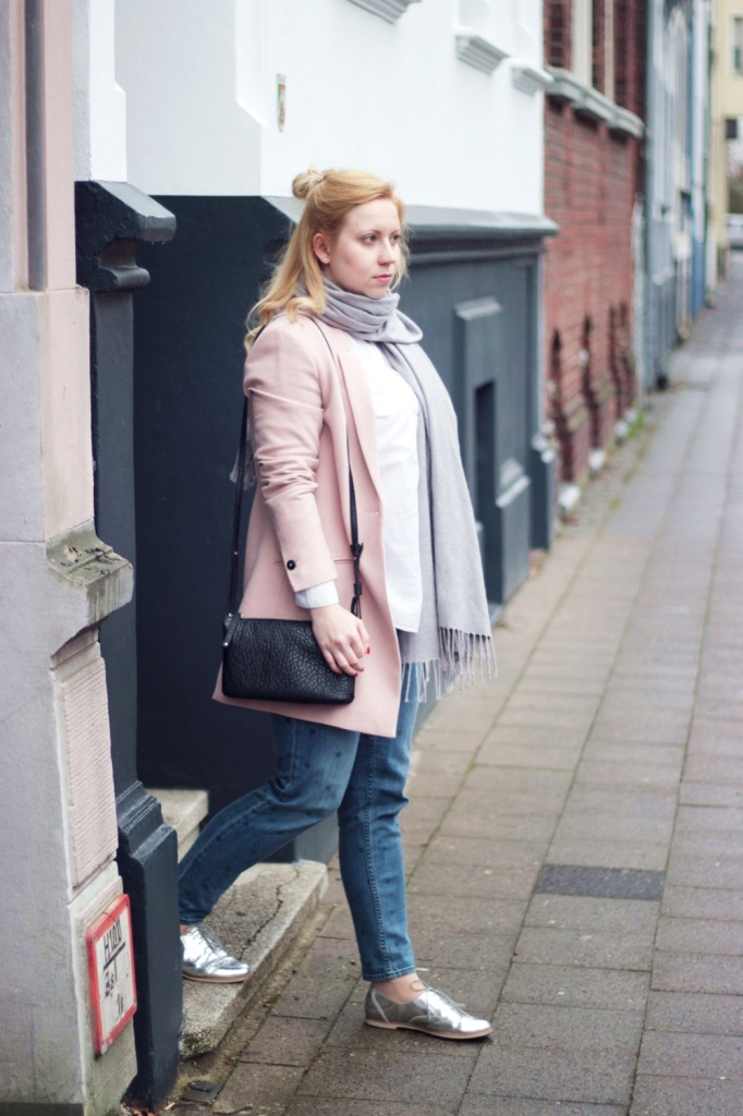 Girlfriend-Jeans-Punkte-Longblazer-Outfit-Spring-Metallic-Brogues (3)