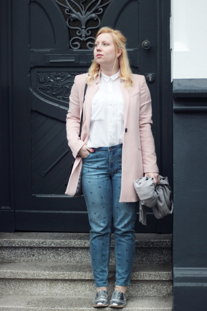 Girlfriend-Jeans-Punkte-Longblazer-Outfit-Spring-Metallic-Brogues (6)