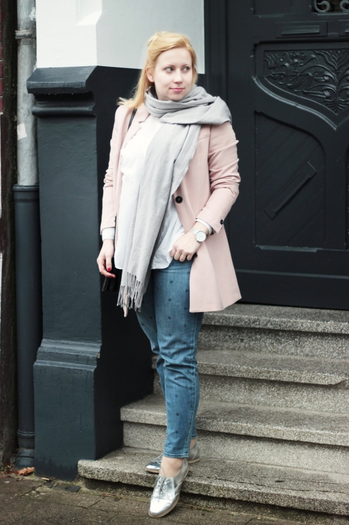 Girlfriend-Jeans-Punkte-Longblazer-Outfit-Spring-Metallic-Brogues