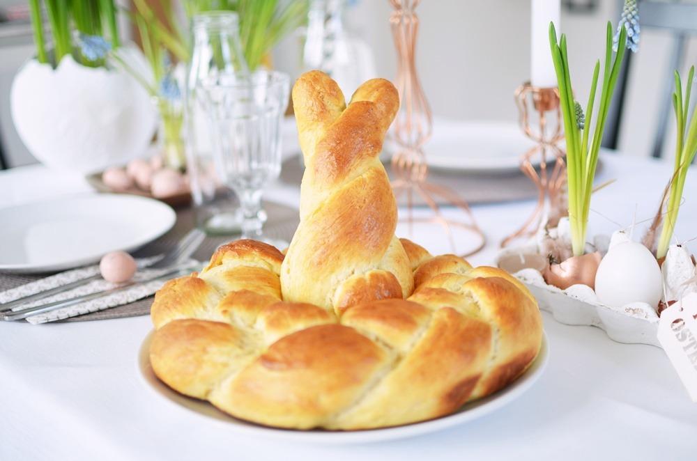 Frühstückstisch-Ostern-Brunch-puppenzirkus-Hefekranz-mit-Hase