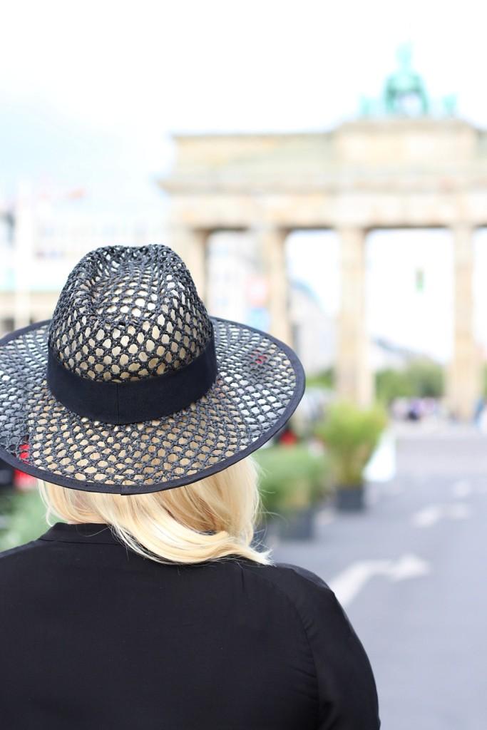Outfit-Berlin-Fashionweek-SS16-Puppenzirkus-Brandenburger-Tor-Streetstyle-Dress-Sneaker (11)