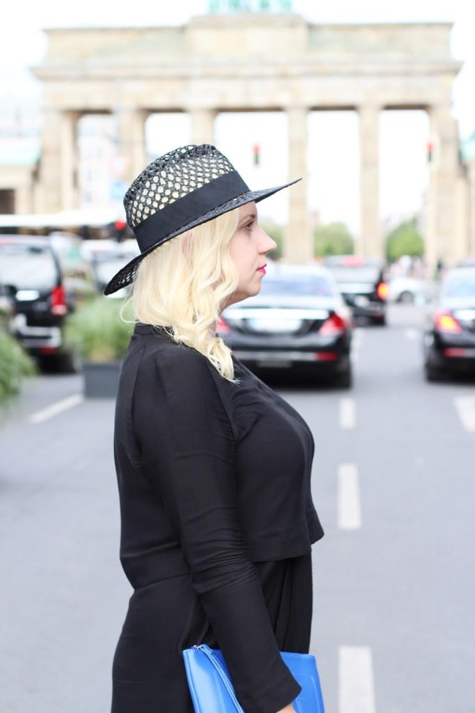 Outfit-Berlin-Fashionweek-SS16-Puppenzirkus-Brandenburger-Tor-Streetstyle-Dress-Sneaker (2)