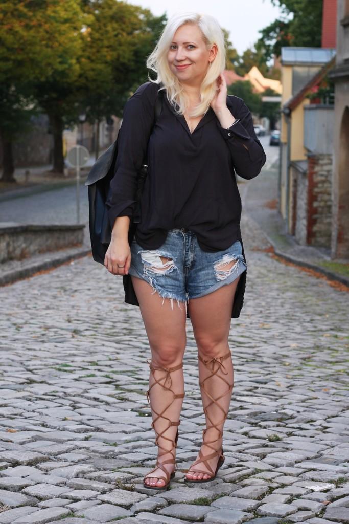 outfit-gladiator-sandal-römersandale-shorts-glamorous-blonde-boho (11)