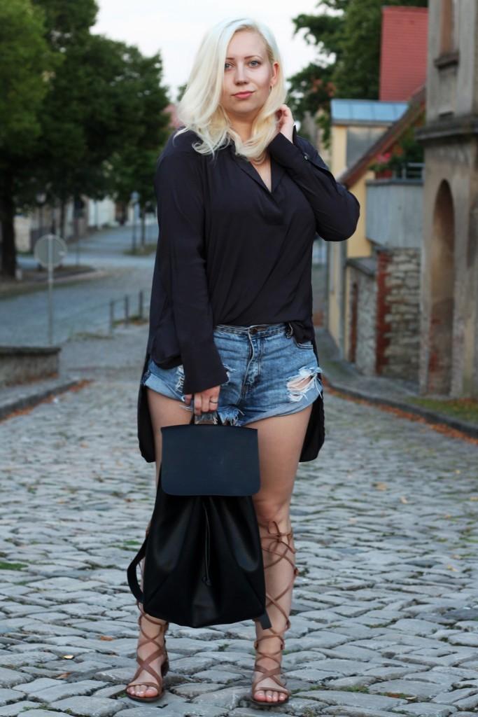 outfit-gladiator-sandal-römersandale-shorts-glamorous-blonde-boho