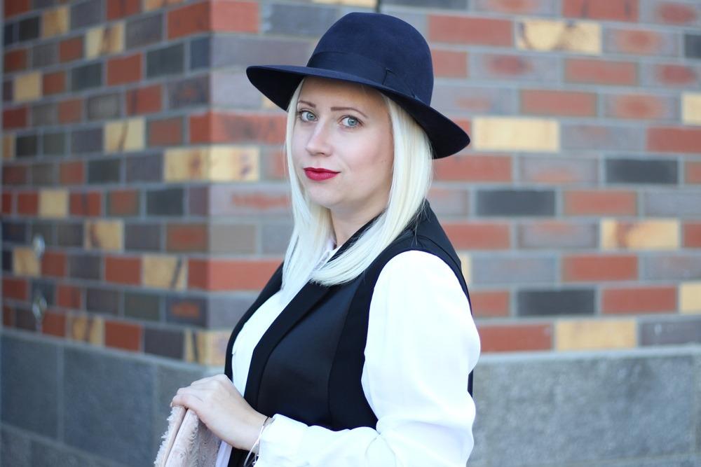 outfit-fashionblogger-autumn-blouse-vest-blazerweste-longvest-hat-fedora-blonde-puppenzirkus-heels-loosepants-glittering-strass (11)