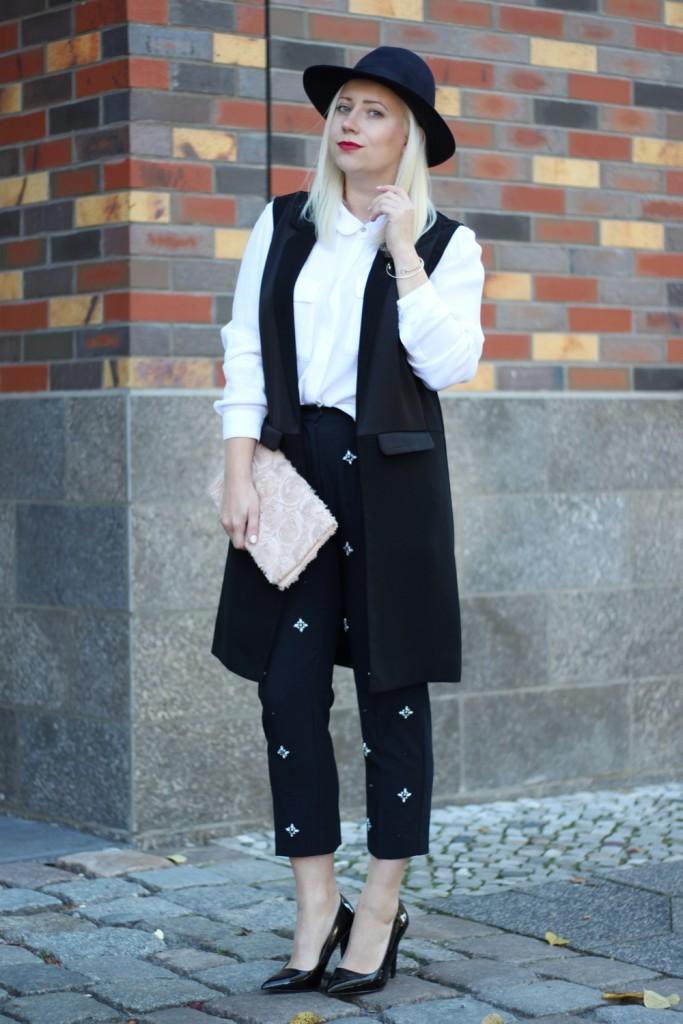 outfit-fashionblogger-autumn-blouse-vest-blazerweste-longvest-hat-fedora-blonde-puppenzirkus-heels-loosepants-glittering-strass (4)