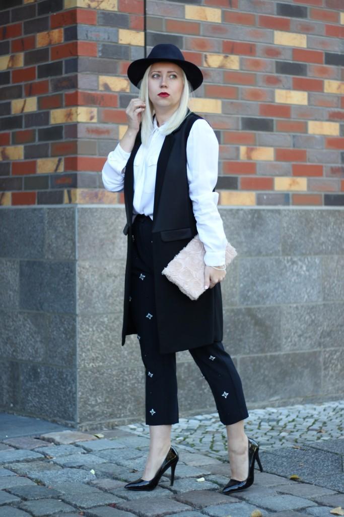 outfit-fashionblogger-autumn-blouse-vest-blazerweste-longvest-hat-fedora-blonde-puppenzirkus-heels-loosepants-glittering-strass (5)