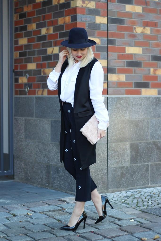 outfit-fashionblogger-autumn-blouse-vest-blazerweste-longvest-hat-fedora-blonde-puppenzirkus-heels-loosepants-glittering-strass (6)