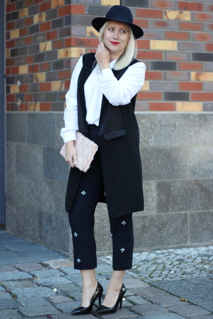 outfit-fashionblogger-autumn-blouse-vest-blazerweste-longvest-hat-fedora-blonde-puppenzirkus-heels-loosepants-glittering-strass