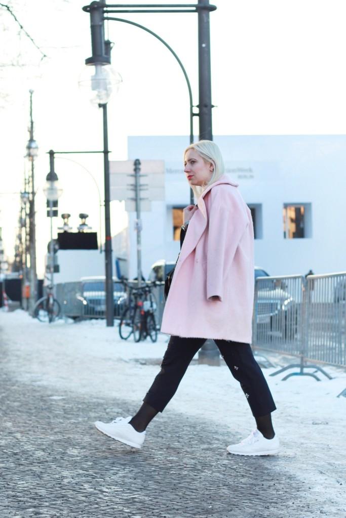 fashion-week-berlin-outfit-schnee-navy-rosa-sportlich-edgy (2)