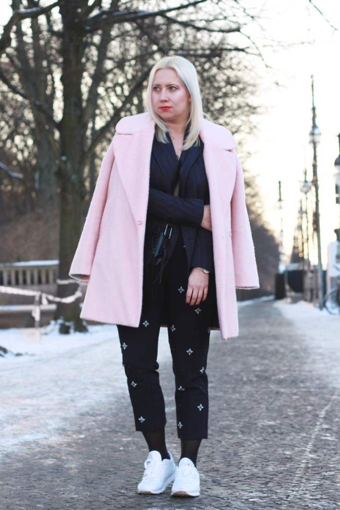 fashion-week-berlin-outfit-schnee-navy-rosa-sportlich-edgy (3)