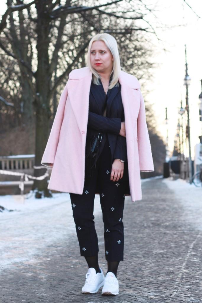 fashion-week-berlin-outfit-schnee-navy-rosa-sportlich-edgy (3)