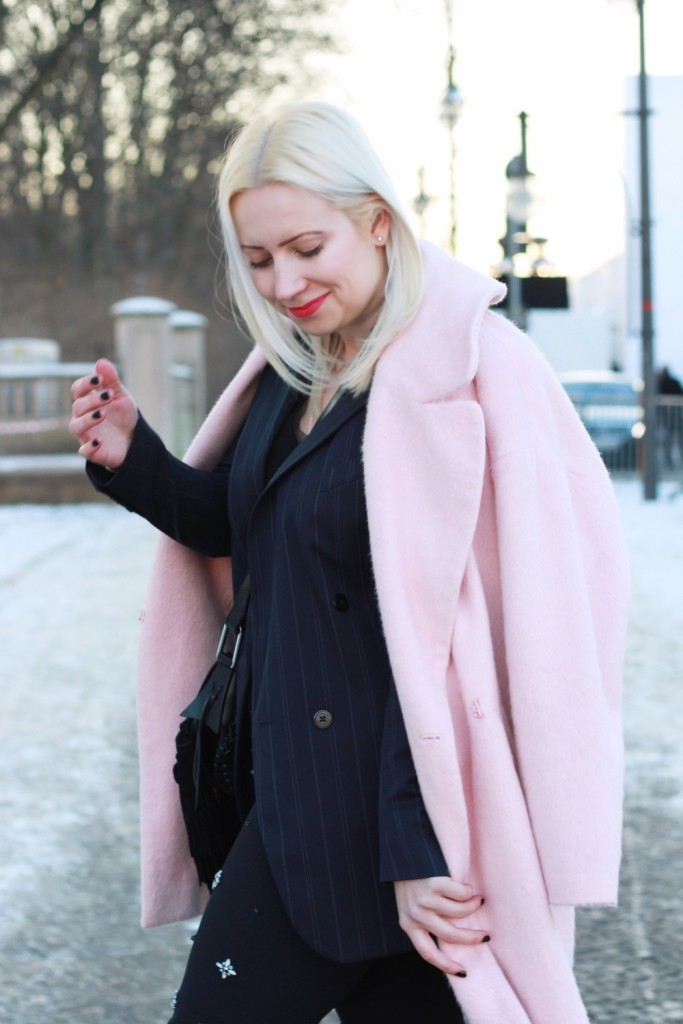 fashion-week-berlin-outfit-schnee-navy-rosa-sportlich-edgy (4)