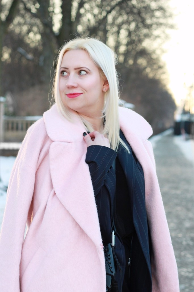 fashion-week-berlin-outfit-schnee-navy-rosa-sportlich-edgy (6)