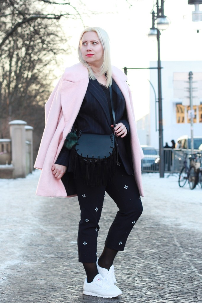 fashion-week-berlin-outfit-schnee-navy-rosa-sportlich-edgy (7)