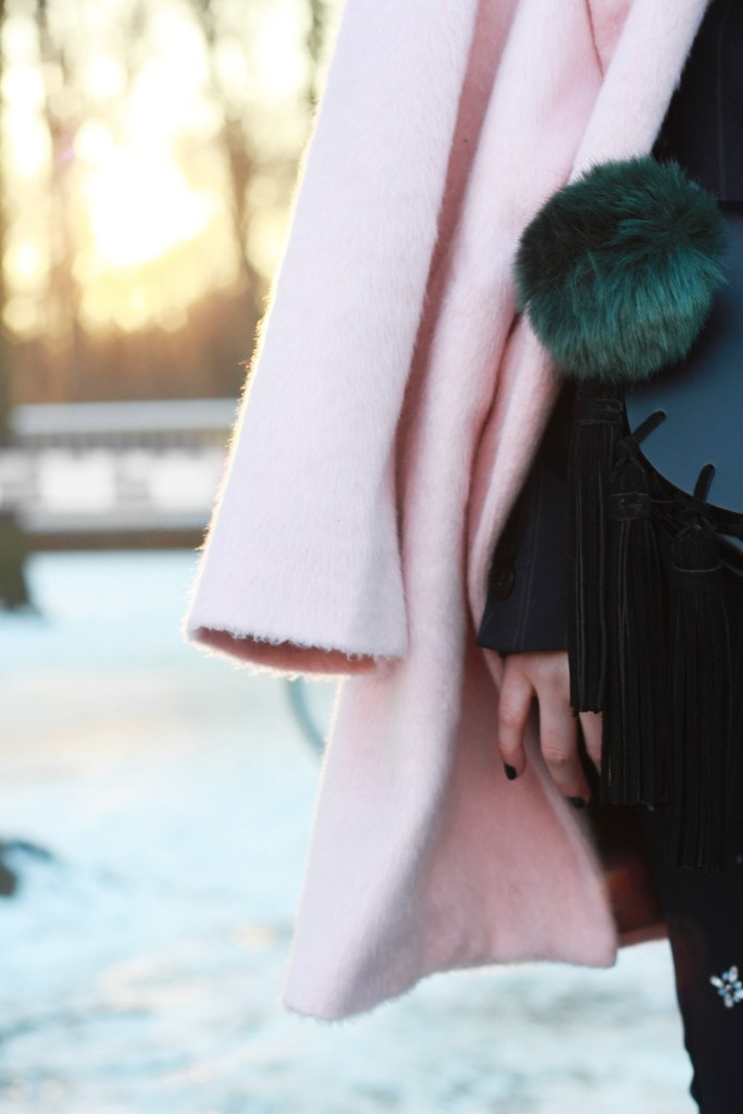 fashion-week-berlin-outfit-schnee-navy-rosa-sportlich-edgy (9)