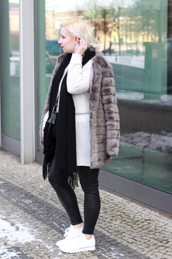 outfit-fashionweek-winter-puppenzirkus-fake-fur-coat-reebok-silk-fringe-bag (3)