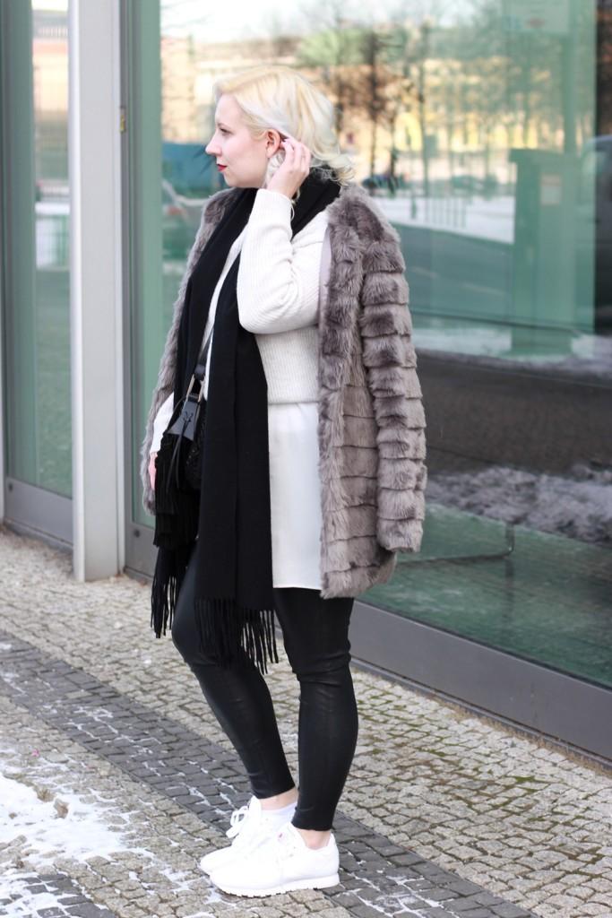 outfit-fashionweek-winter-puppenzirkus-fake-fur-coat-reebok-silk-fringe-bag (3)
