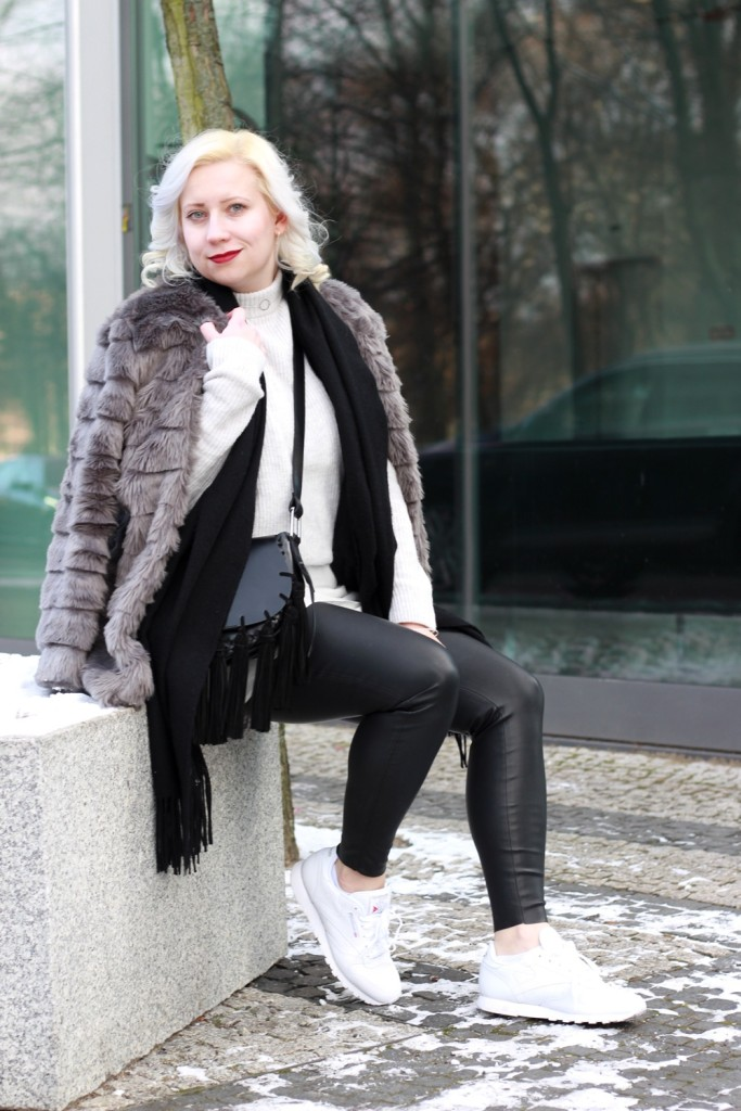 outfit-fashionweek-winter-puppenzirkus-fake-fur-coat-reebok-silk-fringe-bag (4)