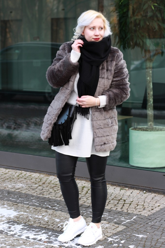 outfit-fashionweek-winter-puppenzirkus-fake-fur-coat-reebok-silk-fringe-bag